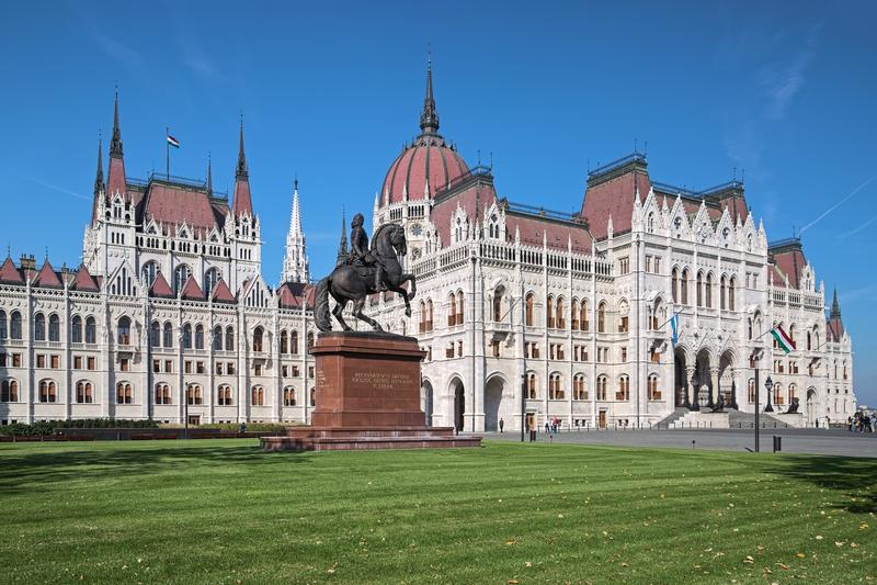 Estatua de Francisco II Rakoczi cerca del edificio húngaro del parlamento en Budapest foto de archivo