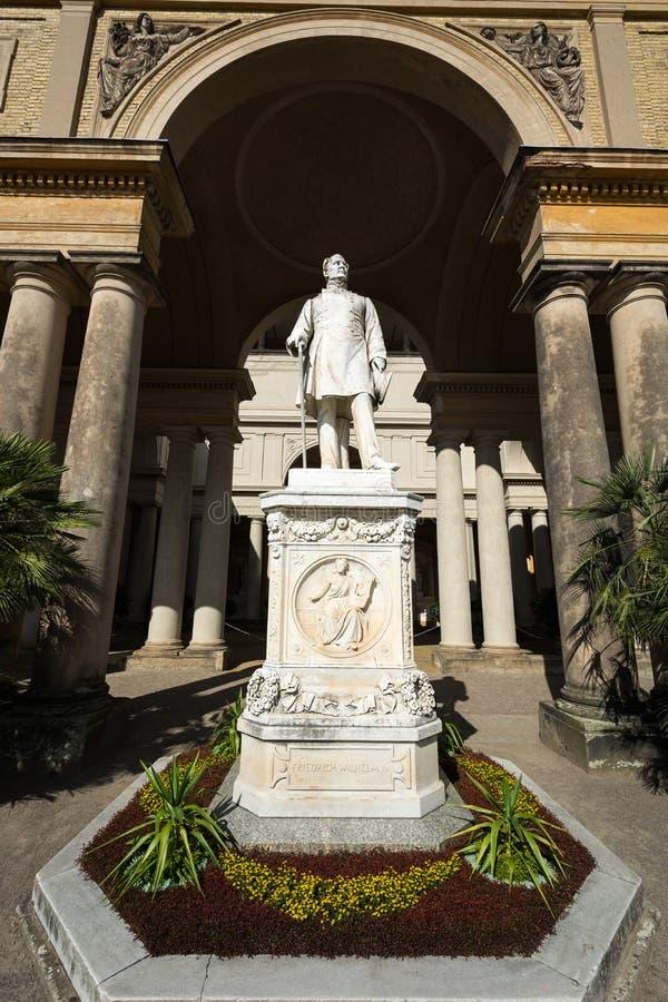 Estatua de Friedrich Wilhelm IV delante de palacio del naranjal imagenes de archivo
