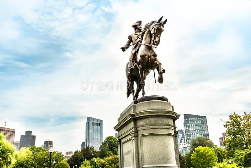 Estatua de George Washington en el parque común de Boston con horizonte y rascacielos de la ciudad foto de archivo