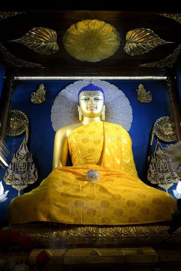 Estatua de Goden Buda en el templo de Mahabodhi imagen de archivo libre de regalías