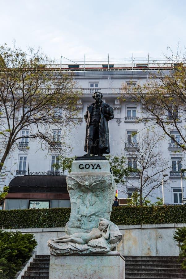 Estatua de Goya en la entrada al museo de Prado en Madrid imagen de archivo