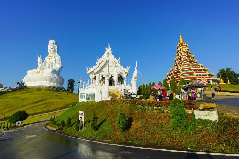 Estatua de Guan Yin, capilla y pagoda del estilo chino en el pla de Wat Huay fotografía de archivo libre de regalías