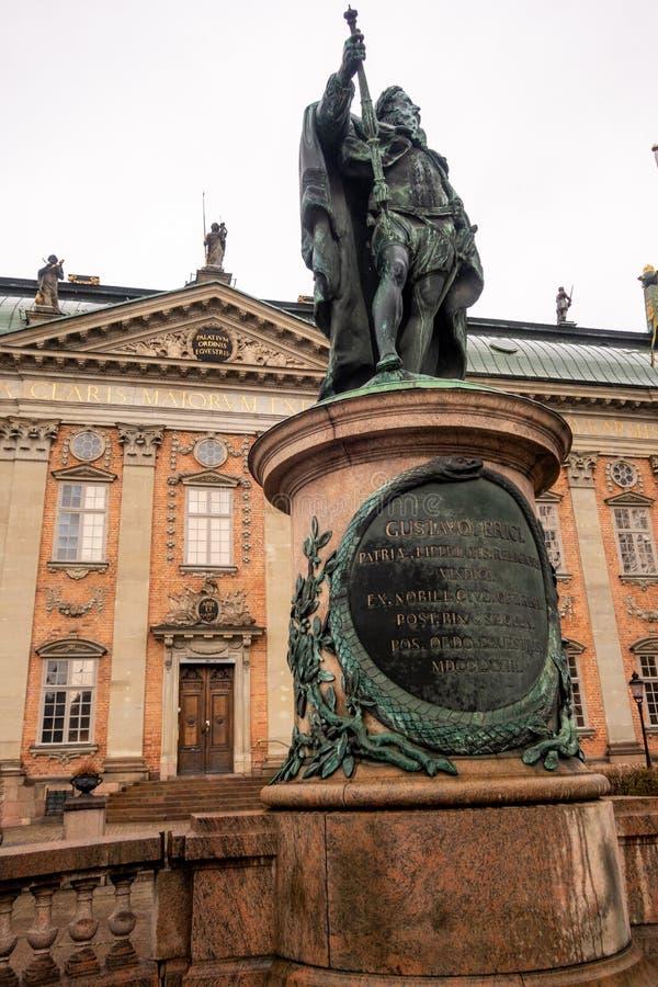 Estatua de Gustaf Eriksson Vasa delante de la casa de la nobleza Riddarhuset, Gamla Stan, Estocolmo, Suecia foto de archivo libre de regalías