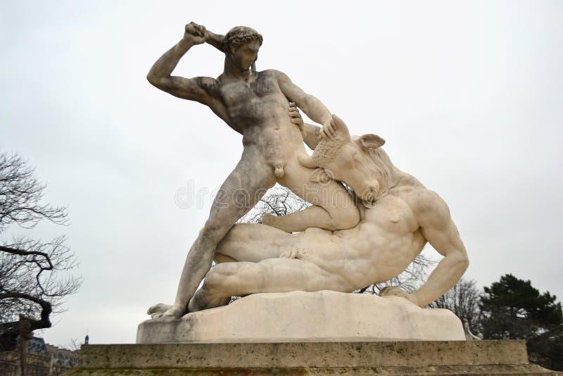 Estatua de Hércules y de Minotaur en el jardín de Tuileries fotos de archivo