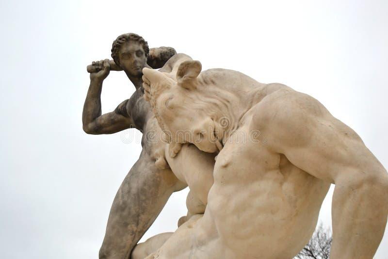Estatua de Hércules y de Minotaur en el jardín de Tuileries foto de archivo libre de regalías