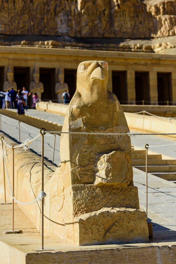 Estatua de Horus cerca del templo de Hatshepsut en el EL Bahari de Deir en Luxor, Egipto imágenes de archivo libres de regalías
