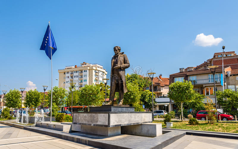 Estatua de Ibrahim Rugova en Pristina imagen de archivo libre de regalías