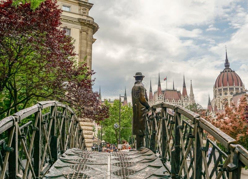 Estatua de Imre Nagy delante del parlamento fotografía de archivo libre de regalías