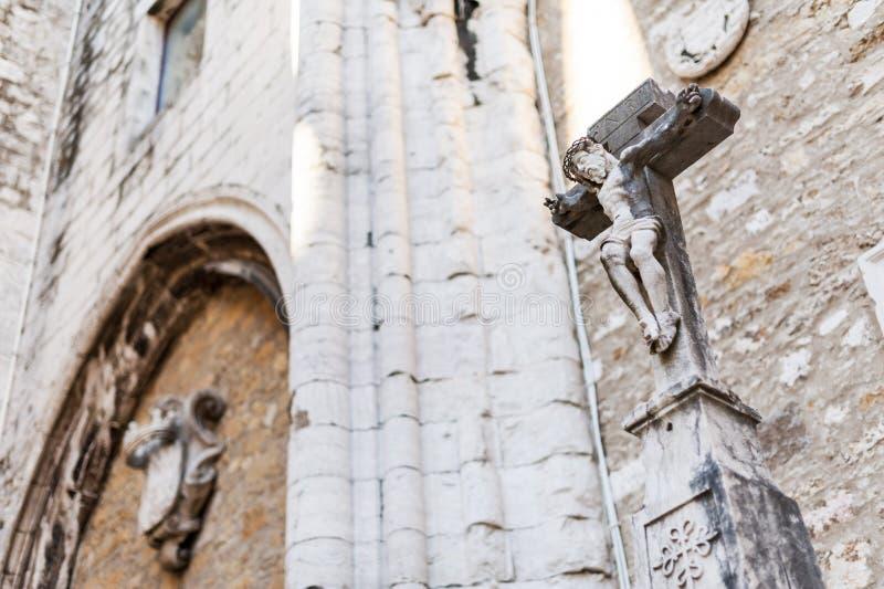 Estatua de Jesús crucificado en la iglesia destechada - Lisboa imagen de archivo libre de regalías