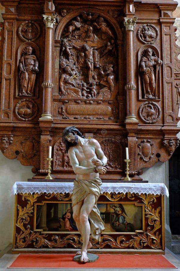 Estatua de Jesus Christ de la escena del homo de Ecce en el altar imagen de archivo