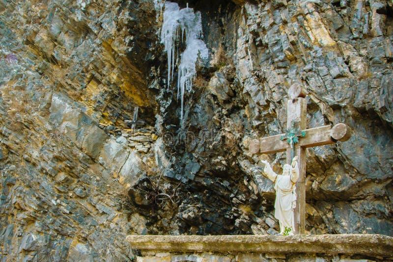Estatua de Jesus Christ en la roca con las manos que señalan al cielo fotografía de archivo libre de regalías