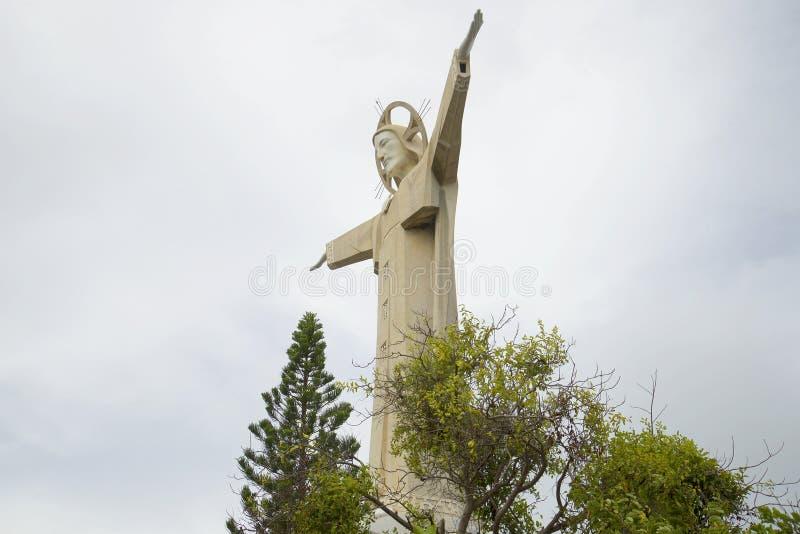 Estatua de Jesus Christ en Vung Tau, en el fondo del cielo nublado fotos de archivo