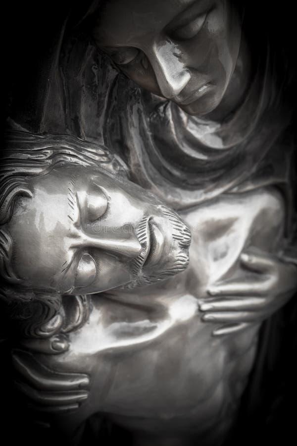Estatua de Jesus Christ muerto que es abrazado por la Virgen María imagen de archivo