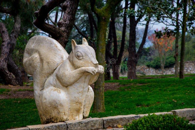 Estatua de la ardilla en el bosque imágenes de archivo libres de regalías