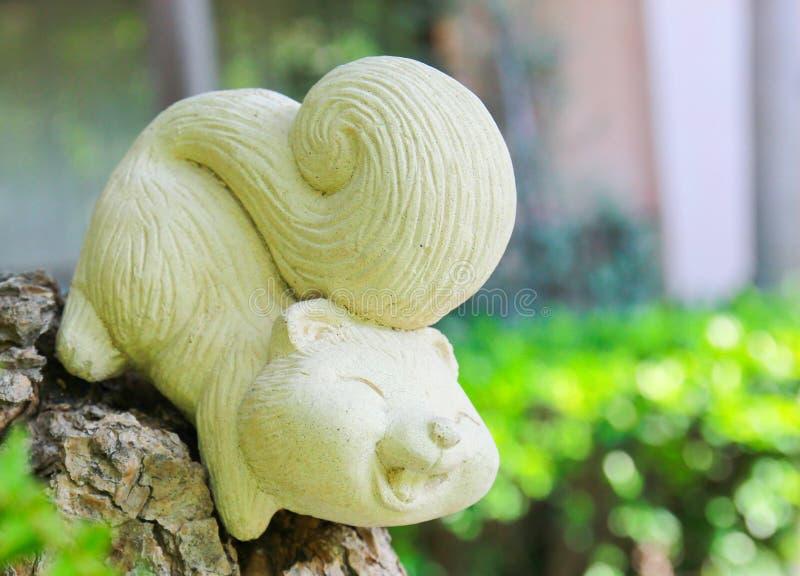 Estatua de la ardilla en jardín imagen de archivo