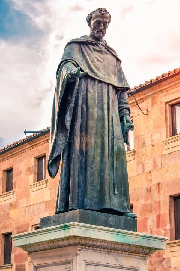 Estatua de la batalla Luis de Leon del patio de la fachada antigua de la universidad de Salamanca, España imagen de archivo