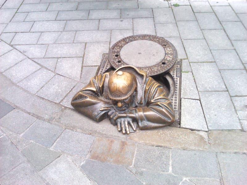 Estatua de la calle en Bratislava Hombre cansado del fontanero imágenes de archivo libres de regalías