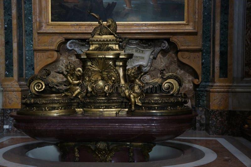 Estatua de la catedral de San Pedro fotos de archivo libres de regalías