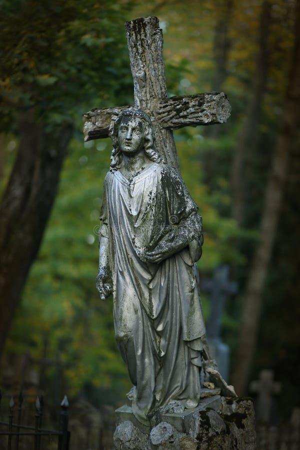 Estatua de la cruz y del ángel imágenes de archivo libres de regalías