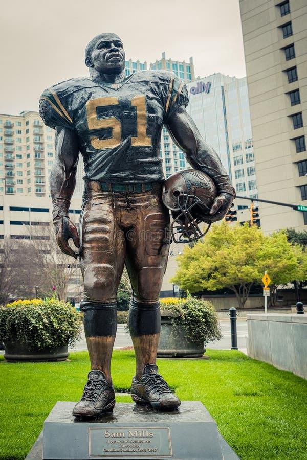 Estatua de la defensa de Sam Mills para Carolina Panthers del norte 1995 a 1997 fotografía de archivo libre de regalías