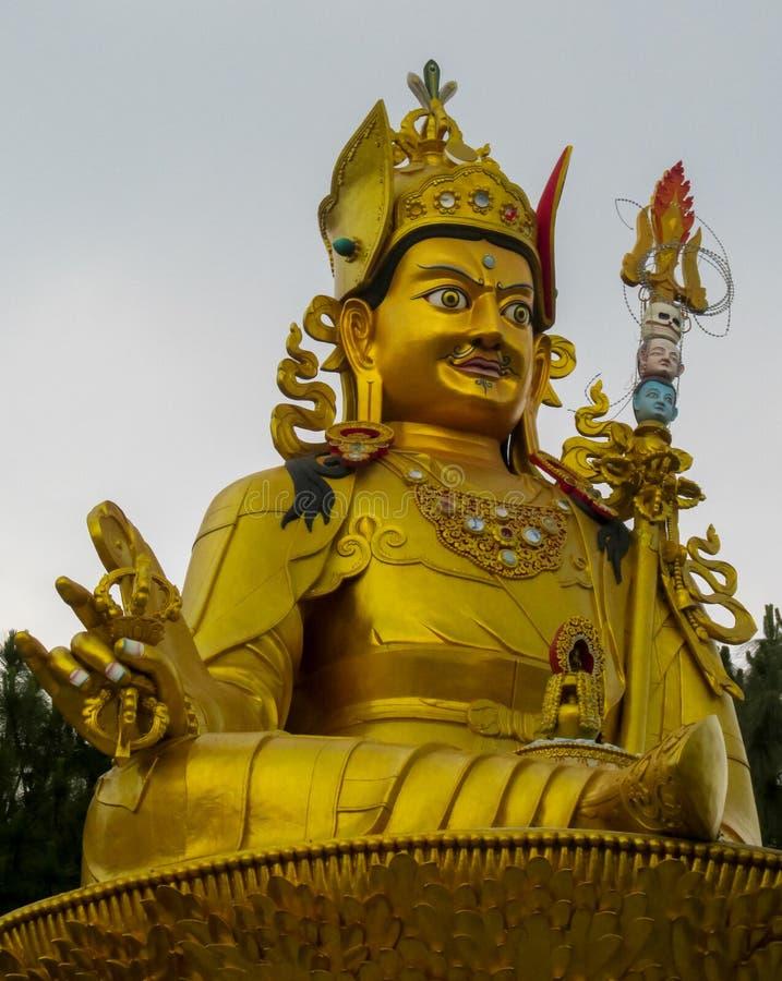 Estatua de la deidad budista Guru Rinpoche en el templo de Swayambhunath, Katmandu, Nepal imagenes de archivo