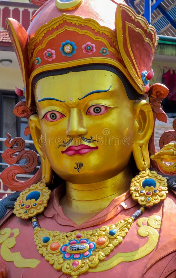 Estatua de la deidad budista Guru Rinpoche en el templo de Swayambhunath, Katmandu, Nepal fotos de archivo libres de regalías