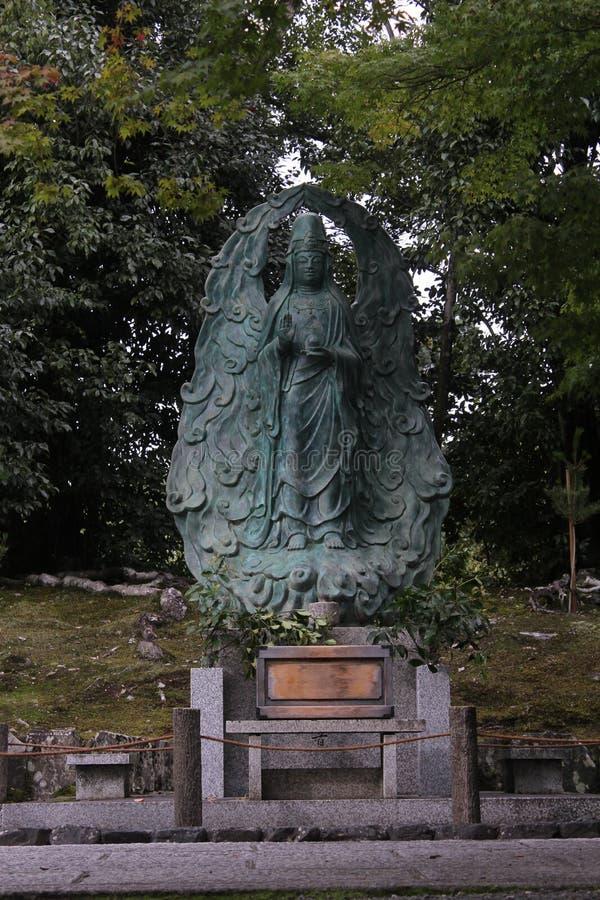 Estatua de la deidad en jardín japonés del templo imágenes de archivo libres de regalías