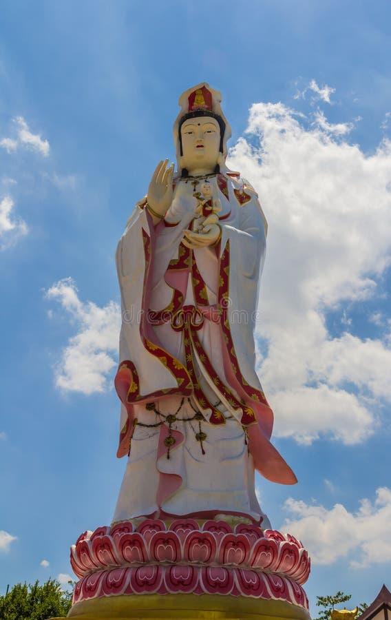 Estatua de la diosa Guanyin contra el cielo azul imágenes de archivo libres de regalías