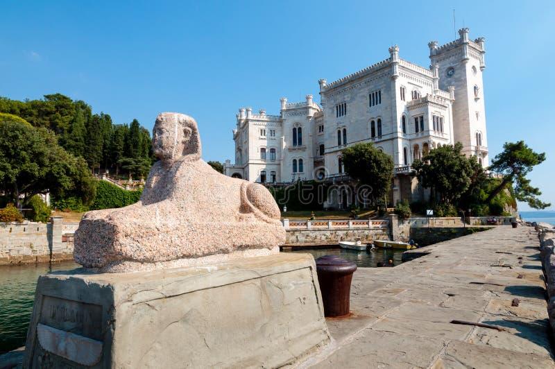 Estatua de la esfinge y castillo de Miramare foto de archivo