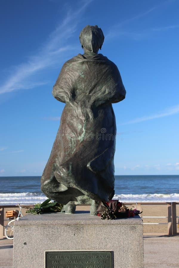 Estatua de la esposa de los fishermans en la costa de Scheveningen cerca de La Haya, recordar a todos los pescadores que nunca vo imagen de archivo