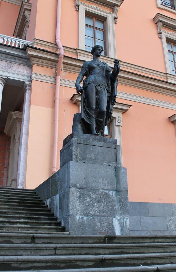 Estatua de la flora Castillo de Mikhailovsky St Petersburg foto de archivo libre de regalías