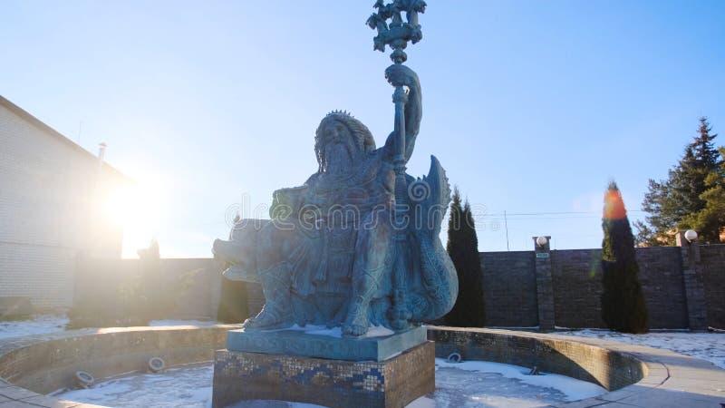 Estatua de la fuente de Neptuno en invierno Cantidad com?n La escultura hermosa de Neptuno que se sienta en delfín se coloca aden fotos de archivo libres de regalías