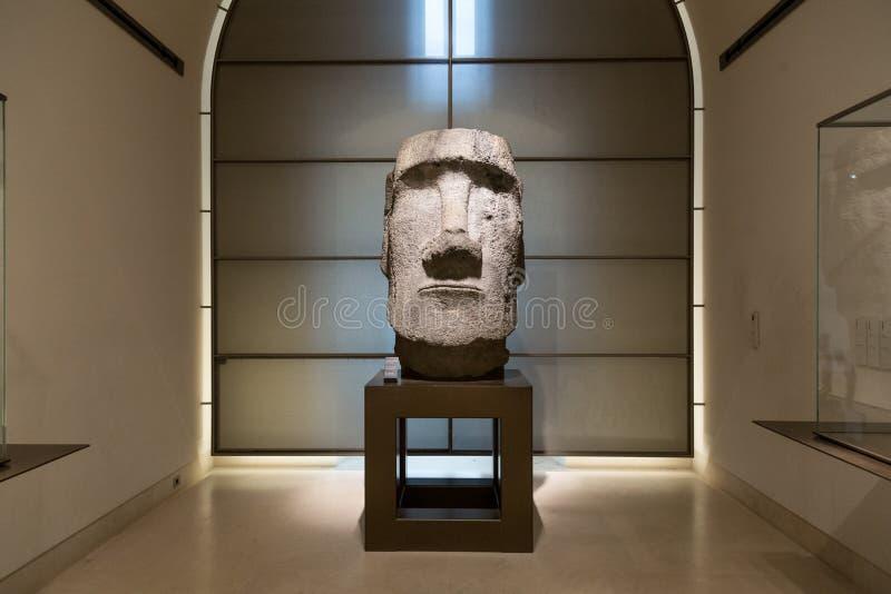 Estatua de la isla de pascua en museo del Louvre imagen de archivo