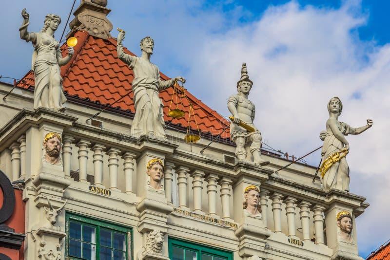 Estatua de la justicia con las escalas y una espada en el centro histórico imagen de archivo