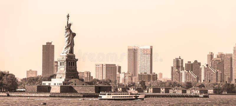 Estatua de la libertad con los rascacielos en fondo, los E.E.U.U. de Liberty State Park y de Jersey City fotografía de archivo