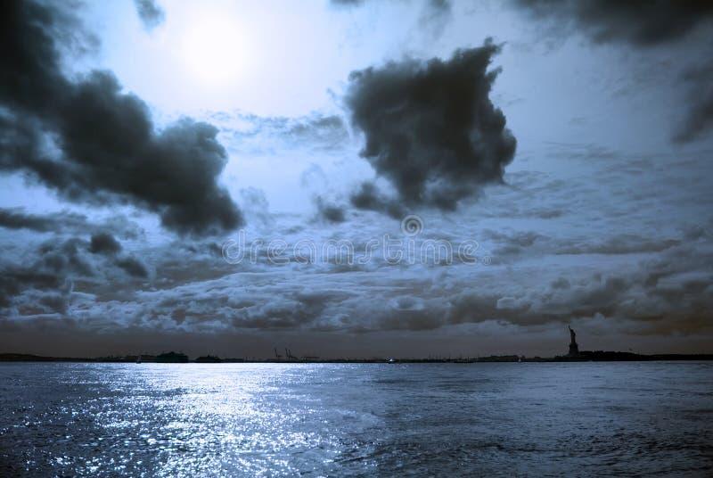 Estatua de la libertad con noche de la luna, Nueva York fotografía de archivo