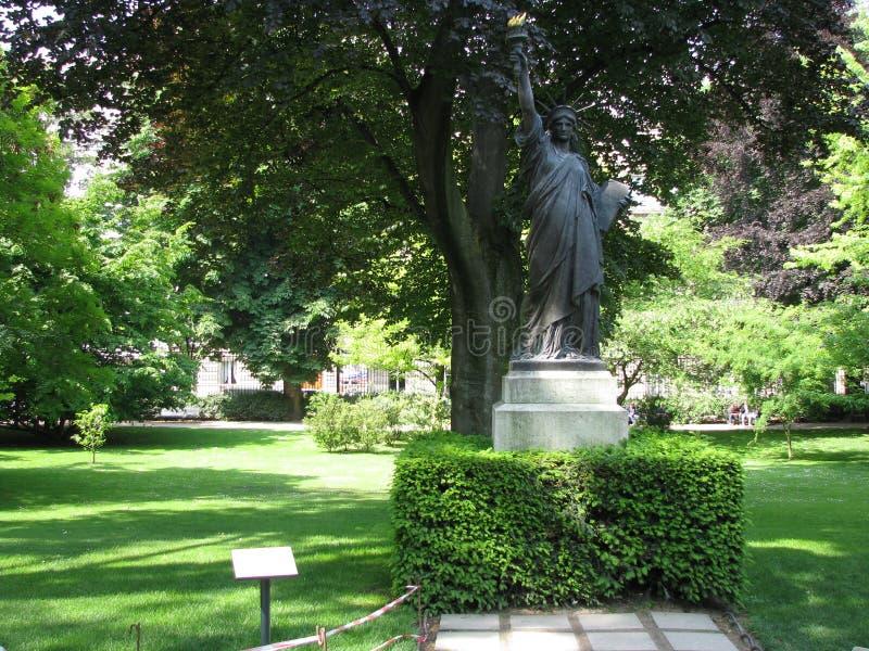 Estatua de la libertad en Jardin du Luxemburgo imagenes de archivo