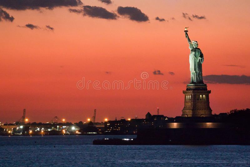 Estatua de la libertad en la oscuridad fotos de archivo