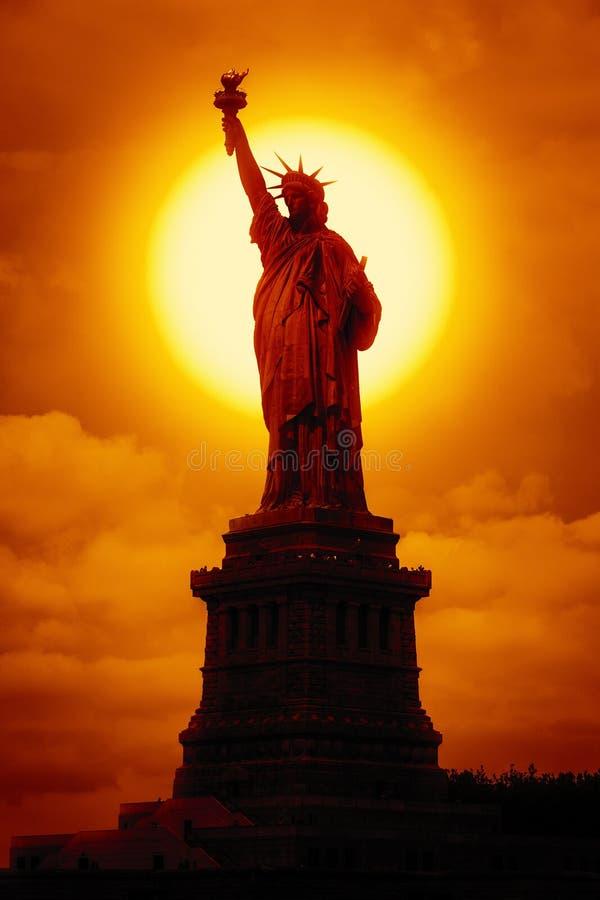 Estatua de la libertad en la puesta del sol foto de archivo