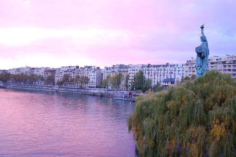 Estatua de la libertad en la puesta del sol en París imágenes de archivo libres de regalías