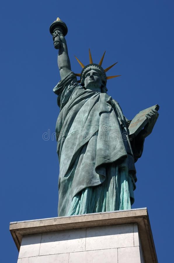 Estatua de la libertad en París imagen de archivo