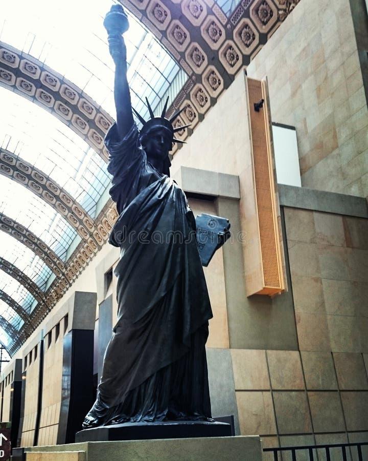 Estatua de la libertad en un museo en París, Francia imagen de archivo libre de regalías