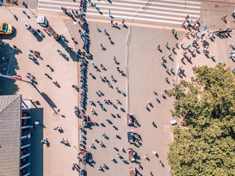 Estatua de la libertad Milda en el centro de Riga durante el marat?n internacional de Lattelecom fotos de archivo libres de regalías
