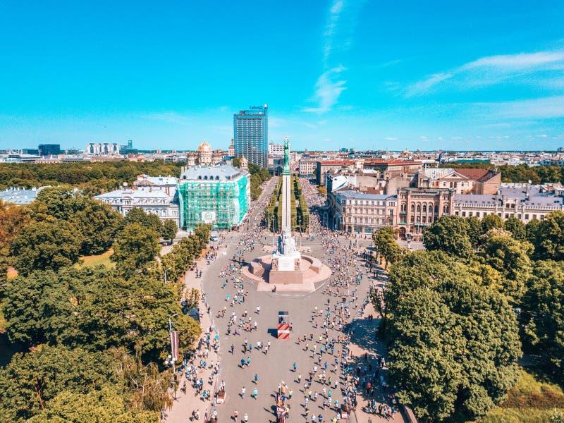 Estatua de la libertad Milda en el centro de Riga durante el marat?n internacional de Lattelecom fotografía de archivo