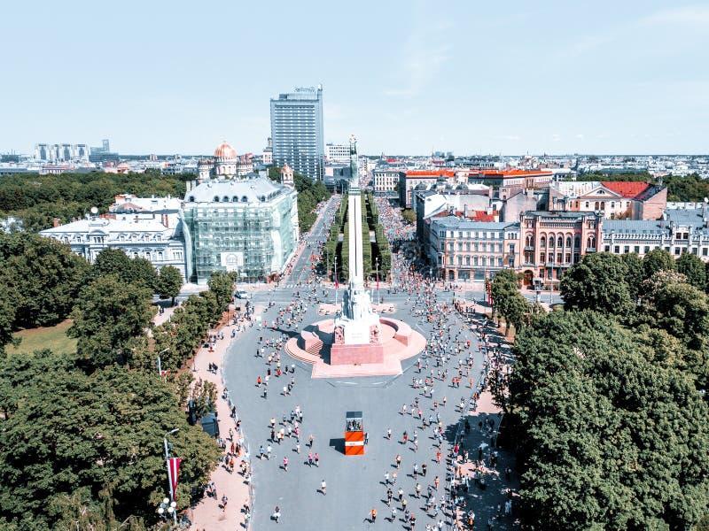 Estatua de la libertad Milda en el centro de Riga durante el marat?n internacional de Lattelecom foto de archivo