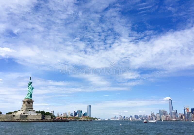Estatua de la libertad y de la ciudad de Nueva York imágenes de archivo libres de regalías