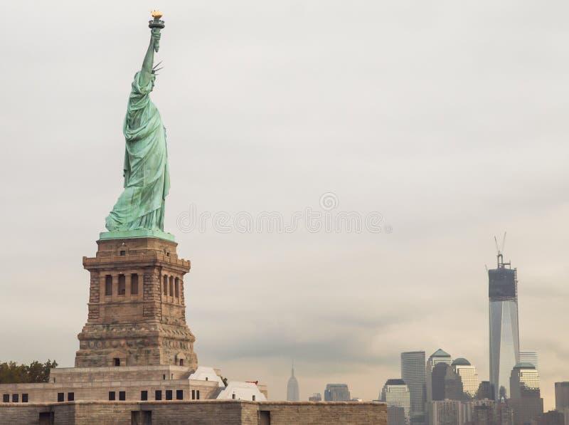 Estatua de la libertad y de Manhattan imagen de archivo libre de regalías