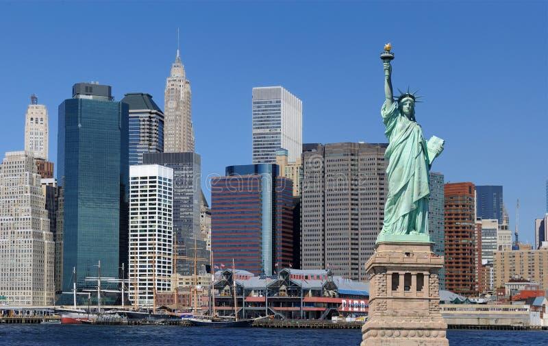 Estatua de la libertad y de New York City fotos de archivo libres de regalías