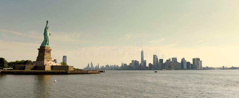 Estatua de la libertad y del distrito financiero en Manhattan más baja, nueva fotos de archivo libres de regalías
