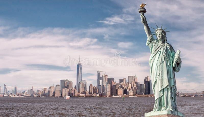 Estatua de la libertad y del horizonte de New York City imágenes de archivo libres de regalías